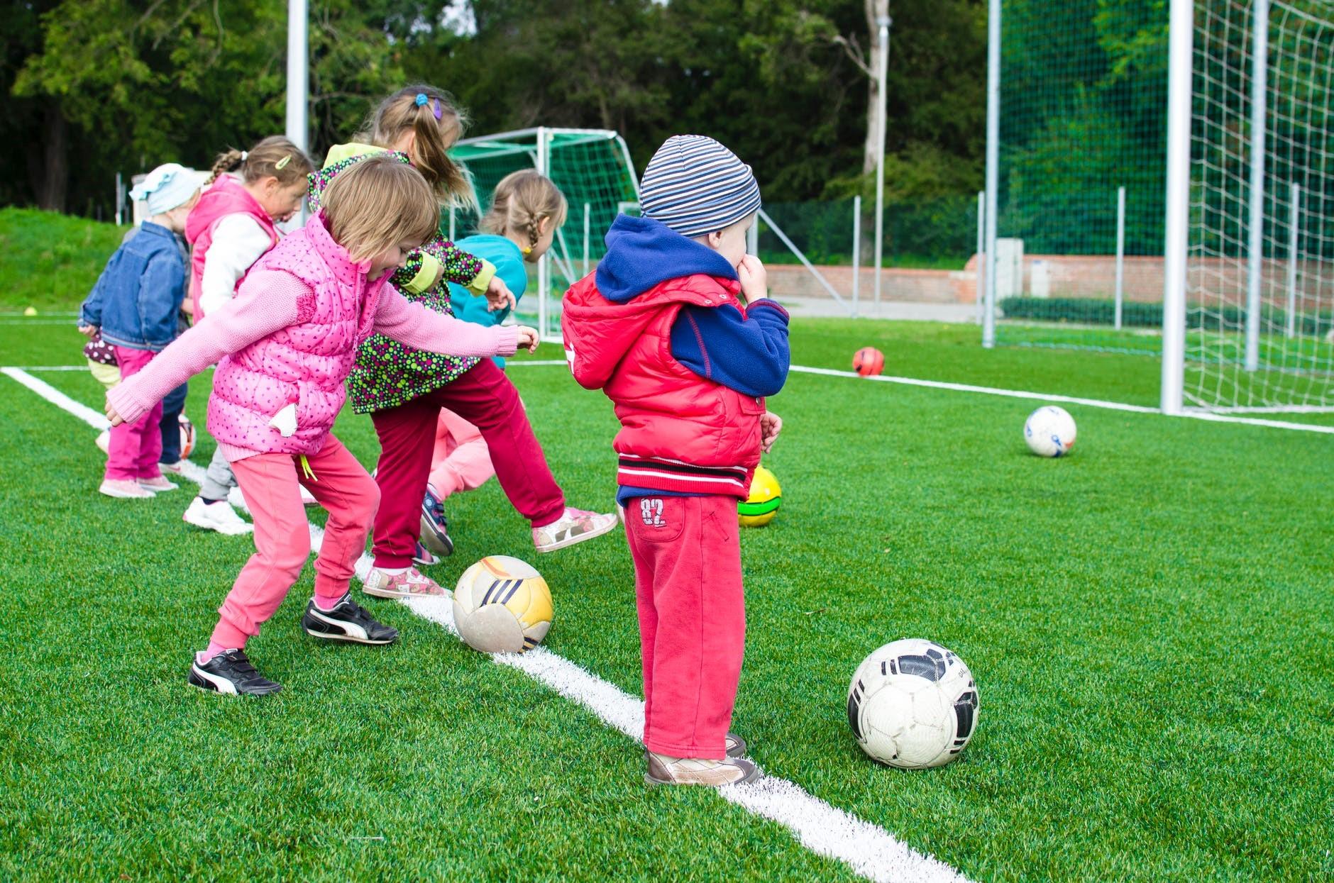 Bóng đá là môn thể thao phổ biến và dễ dàng cho các bé luyện tập để tăng chiều cao